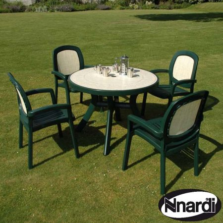 Toscana 100 table with Revenna top and 4 Beta chairs in Green