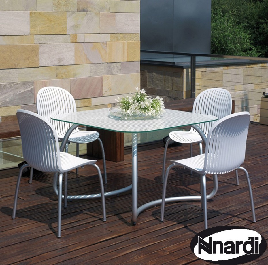 Loto table with Ninfea chairs in white