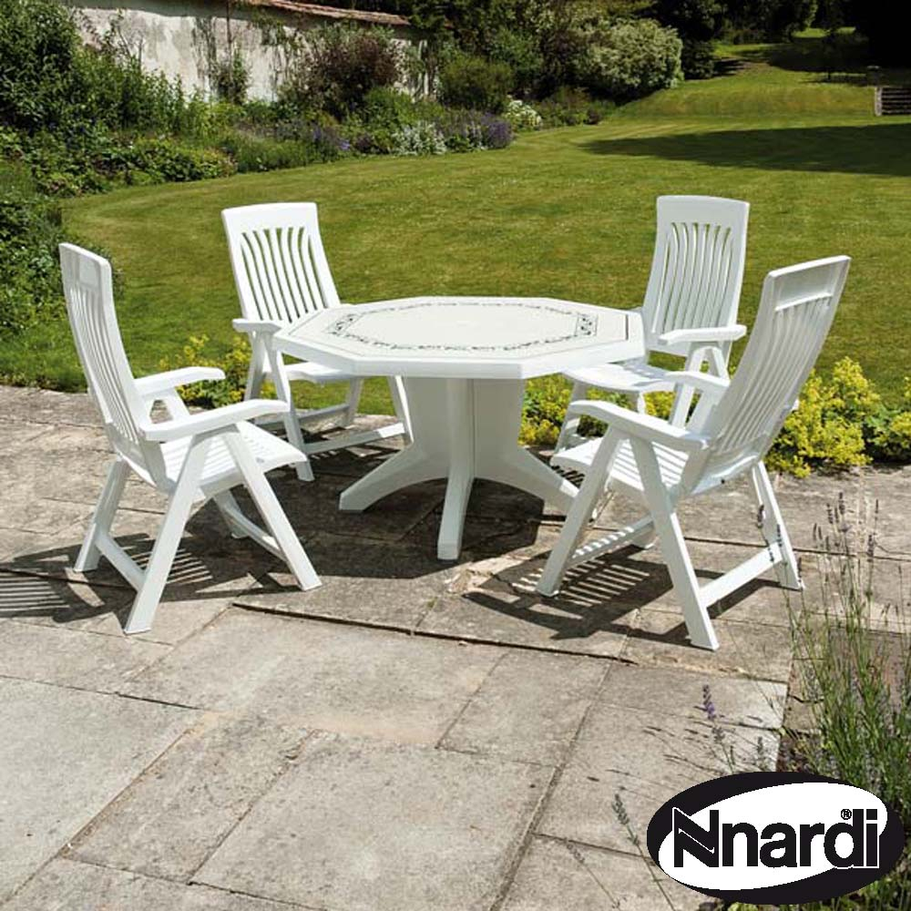 White Olimpo table with 4 Flora reclining chairs