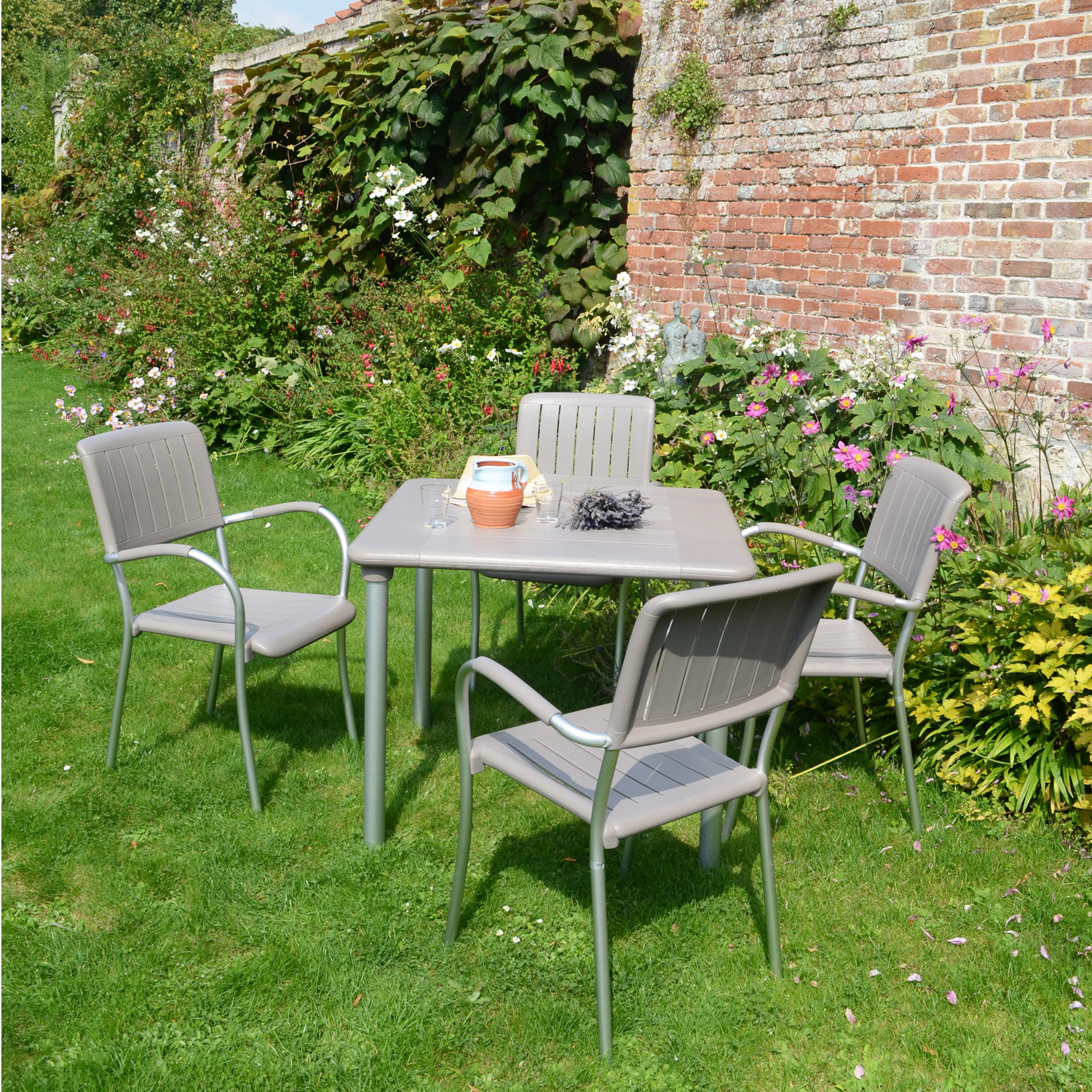 Maestrale 90 with Musa chairs in Turtle Dove