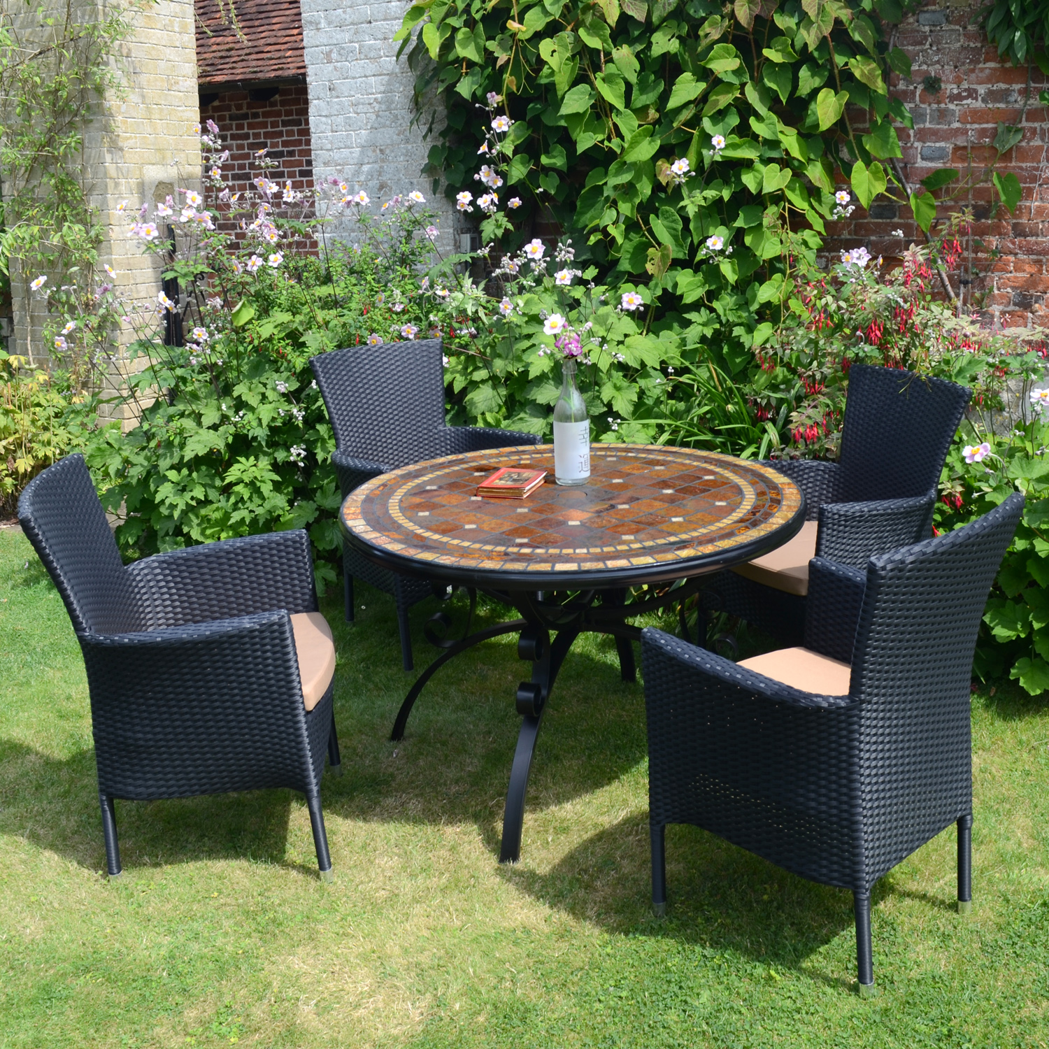 Santa Suzanna table with 4 black Stockholm chairs